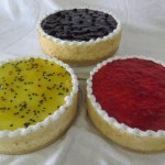 SIZE 25 CM FRIDGE CHEESE CAKE Fridge cheese cake with a biscuit base and a variety of toppings such as peppermint, pineapple, strawberry, cherry, lemon, passion fruit, blueberry, caramel and chocolate.