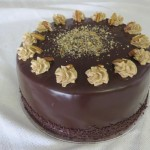 SIZE 28 CM  KAHLUA PECAN CAKE Layers of chocolate cake soaked with Kahlua liqueur and filled with chocolate cream and roasted nuts.